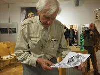 Pan Zikmund při prohlížení ilustrací